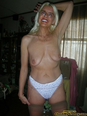 White haired amateur granny posing in se - XXX Dessert - Picture 4