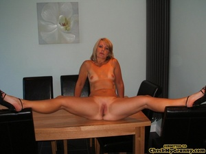 Shaved pussy mature blonde chick posing  - XXX Dessert - Picture 11
