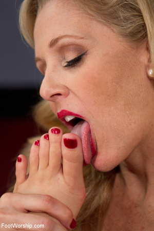 Perfect feet blonde milf babe lets her b - XXX Dessert - Picture 15