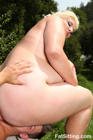 Dirty blonde fatty pressing guy's face w - Picture 10