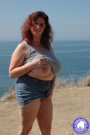 Busty redhead flashes her tits to the oc - Picture 14