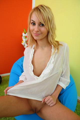 nice blonde boxer girl