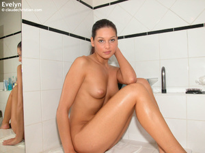 Perfect body babe Evelyn sitting all nak - XXX Dessert - Picture 1