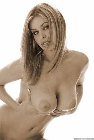 Seductive babe Ginger adores posing nake - XXX Dessert - Picture 3