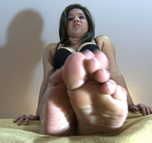 Chubby babe in a black bra loves looking on her feet in awesome footfetish
