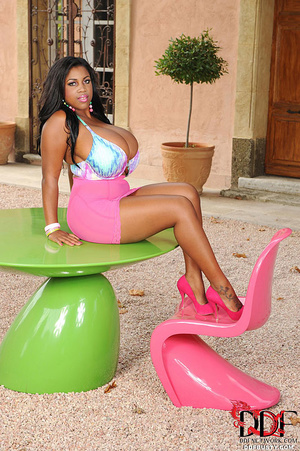 Gorgeous ebony chick takes off her sexy  - XXX Dessert - Picture 3