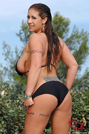 Bodacious babe in a black bikini exposin - XXX Dessert - Picture 3