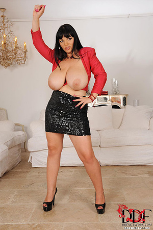 Chubby brunette bitch changing various c - XXX Dessert - Picture 5