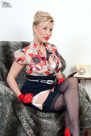 Blonde mom in red shoes and gloves and r - XXX Dessert - Picture 2
