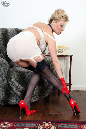 Blonde mom in red shoes and gloves and r - XXX Dessert - Picture 9