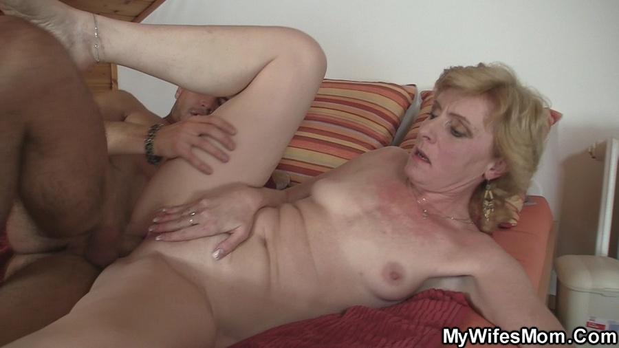 Naked mature women sucking young cock