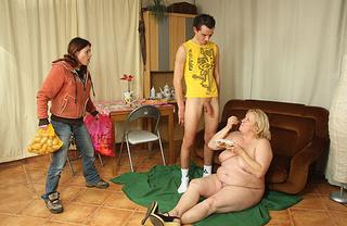 girl supermarket catches husband