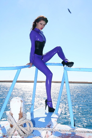 Flexible brunette in lilac latex and sti - XXX Dessert - Picture 3