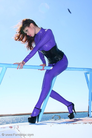 Flexible brunette in lilac latex and sti - XXX Dessert - Picture 8