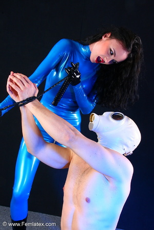 Sexy acrobatic couple posing in latex - XXX Dessert - Picture 1