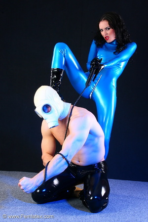 Sexy acrobatic couple posing in latex - XXX Dessert - Picture 2