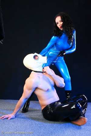 Sexy acrobatic couple posing in latex - XXX Dessert - Picture 3