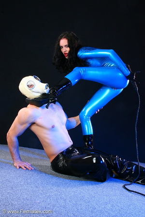 Sexy acrobatic couple posing in latex - XXX Dessert - Picture 6