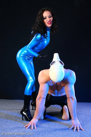 Sexy acrobatic couple posing in latex - XXX Dessert - Picture 7