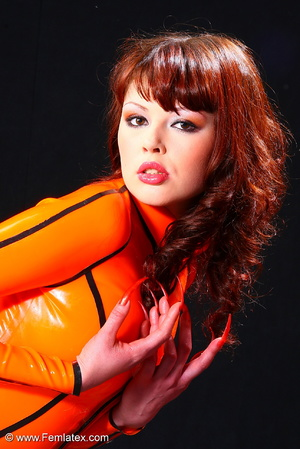Super brunette sexbabe in orange latex d - XXX Dessert - Picture 3