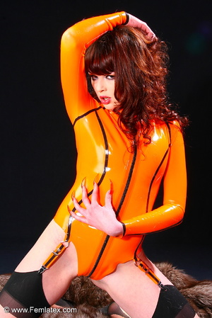 Super brunette sexbabe in orange latex d - XXX Dessert - Picture 4