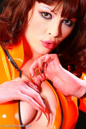 Super brunette sexbabe in orange latex d - XXX Dessert - Picture 8