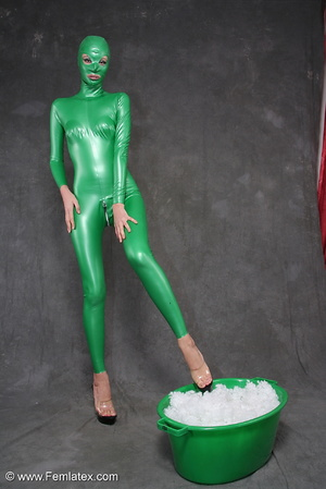 Busty babe in green latex jumpsuit posin - XXX Dessert - Picture 8