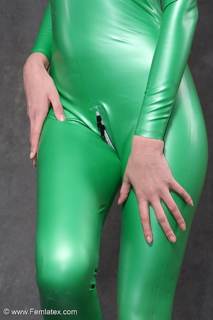 Busty babe in green latex jumpsuit posin - XXX Dessert - Picture 9