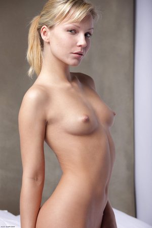 Slim ponytailed whore posing nude - Picture 3