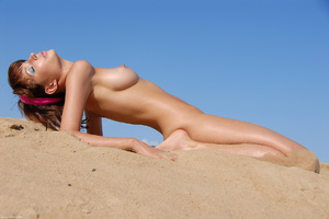 Lovely gal posing nude in sands - XXX Dessert - Picture 7