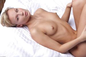Blonde chick presenting her nice body wi - XXX Dessert - Picture 3