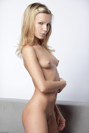 Long-haired blonde chick loves showing o - XXX Dessert - Picture 1
