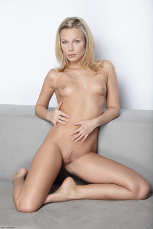 Long-haired blonde chick loves showing o - XXX Dessert - Picture 2