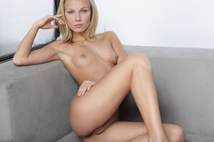 Long-haired blonde chick loves showing o - XXX Dessert - Picture 3
