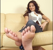 Voluptious temptress shows her wide soles and long green toenails