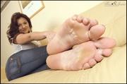 voluptious temptress shows her