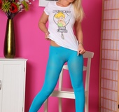 Blonde teenage gal in blue leggings gets topless
