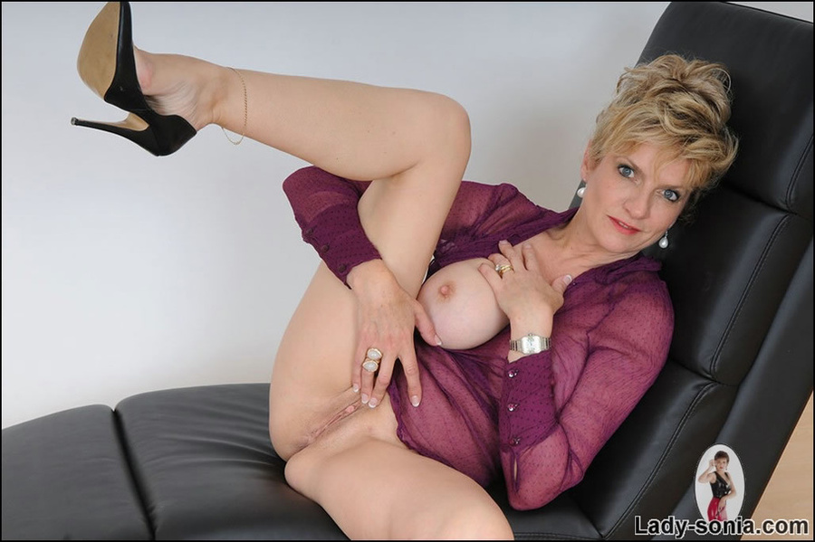 Can hot milf spreading speak this