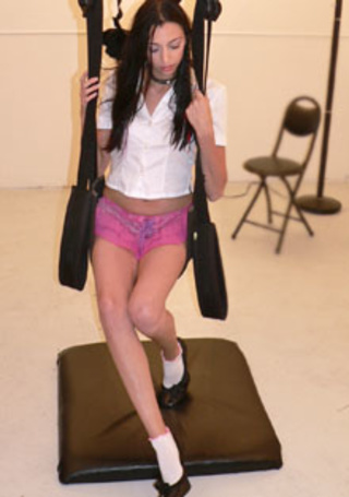 suspended sling sucia jovencita