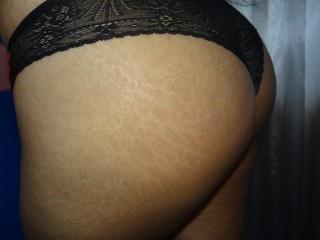 brunette emily perform butt