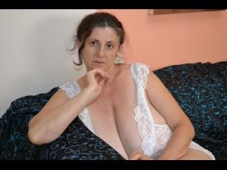 brunette mona