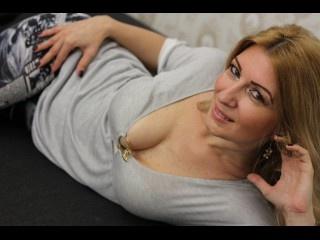blonde lisaevans perform close