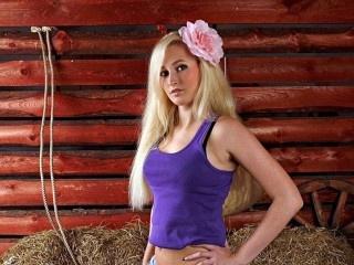 blonde hillary18 perform cameltoe
