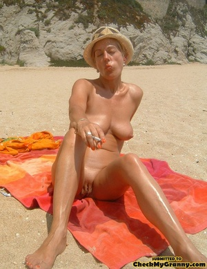 Proud granny openly goes naked in the ou - XXX Dessert - Picture 3