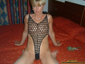 Proud granny openly goes naked in the ou - XXX Dessert - Picture 9