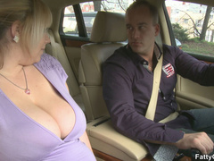 Sexy fleshy babe sucks cock in car and takes it home for - Picture 3
