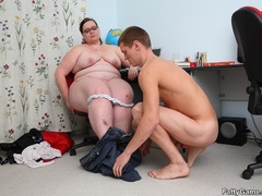 Slim guy finger pussy of fat lady before dropping her on - Picture 9