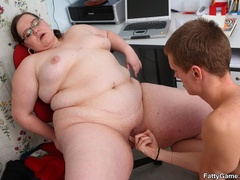Slim guy finger pussy of fat lady before dropping her on - Picture 12