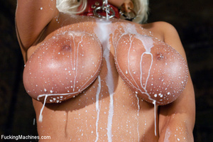 Horny babe drills her wet pussy real goo - Picture 1