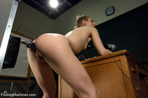 Hardcore automated banging as chick gets - Picture 9